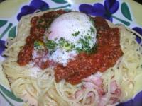 カルボナーラ、ミートソースと半熟卵添え